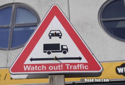 Gefahrenschild Schottland - Verkehr Beachten