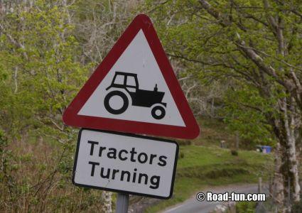 Gefahrenschild Schottland - Wendende Traktoren
