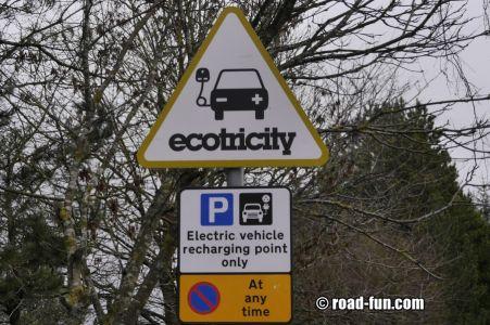 Hinweisschild Schottland - Elektroautos