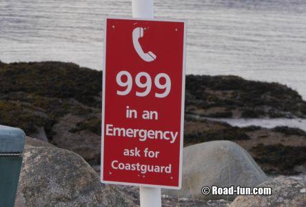 Hinweisschild Schottland - Notrufnummer