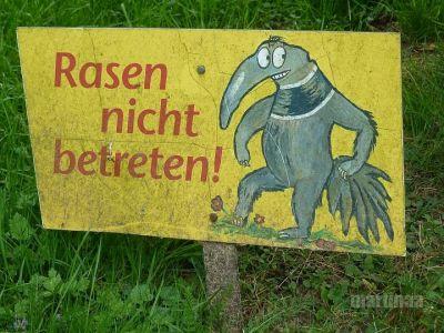 Verbotsschilder im Dortmunder Zoo - Rasen nicht betreten