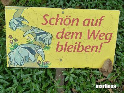 Verbotsschilder im Dortmunder Zoo - auf dem Weg bleiben