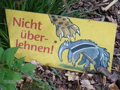 Verbotsschilder im Dortmunder Zoo - nicht überlehnen