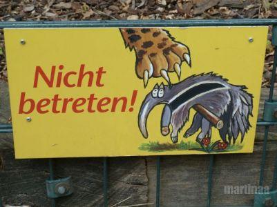 Verbotsschilder im Dortmunder Zoo - nicht betreten