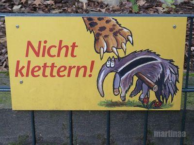 Verbotsschilder im Dortmunder Zoo - nicht klettern